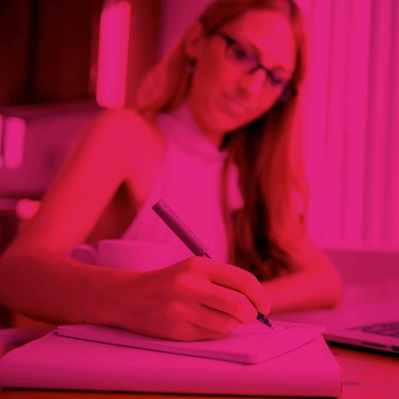 femme ecrit des notes carre